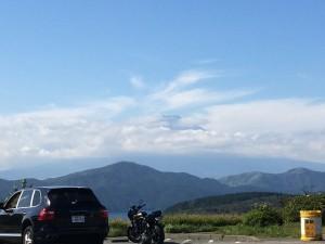 頭だけでてる富士山